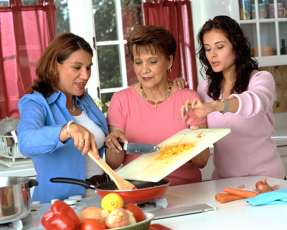 Family prepares kidney-friendly meal with superfoods